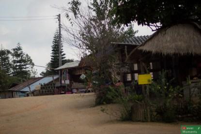 Przy wjeździe do Ban Kun Chang Kian od razu widać przydomowe kawiarnie.