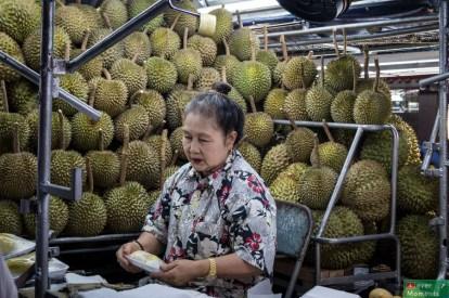 Gdzie mnogość straganów z jedzeniem i owocami rozkładanych co wieczór przechodzi najśmielsze oczekiwania. Tu: śmierdzące duriany :)