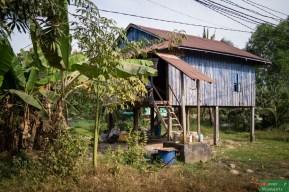 W Otres Village oprócz niewielu turystów i liczncyh rezdynetów mieszkają też Khmerowie...