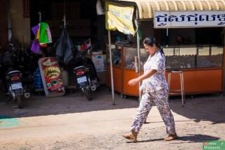Jest i ona! Piżama! Jak wszyscy to wszyscy, my też wrzucamy zdjęcie Khmerki w piżamie. Piżama noszona w ciągu dnia stanowi krzyk mody w całej Kambodży.