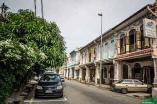 Ulica w Little India i okna naszego dusznego pokoju