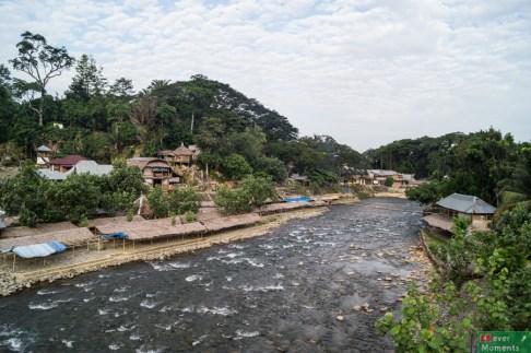 Widok na wioskę z mostu