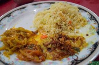 Na talerzu: curry ziemniaczane, dyniowe i podsmażane pomidory z cebulą i sambolem