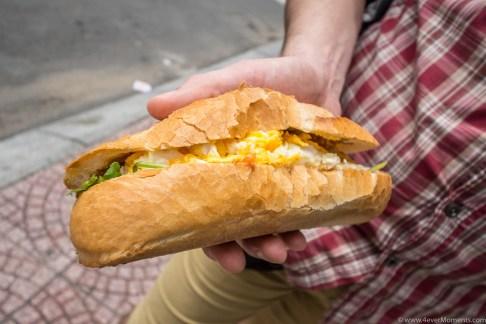 Bánh Mì Op La, bułka z jajem