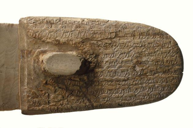 Artefactos egipcios antiguos, como este mango de un cuchillo de marfil muy elaborado y tallado en los años3300-3100 a.C., ayudaron a los científicos a determinar cómo las poblaciones de mamíferos en Egipto han cambiado con el tiempo.