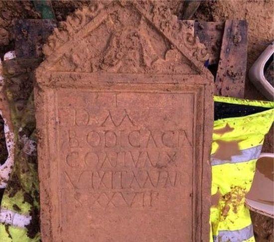 En Cirencester han descubierto una lápida romana con un intrigante mensaje.