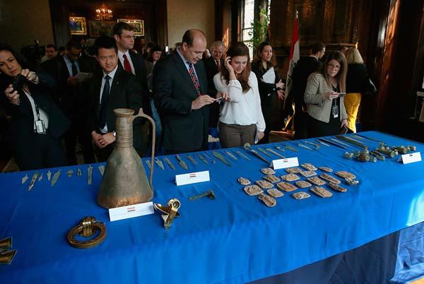 Estados Unidos devuelve a Irak 60 objetos robados durante su incursión en el país.