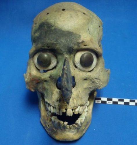 Máscara azteca realizada con un cráneo humano. Crédito: Universidad de Montana.