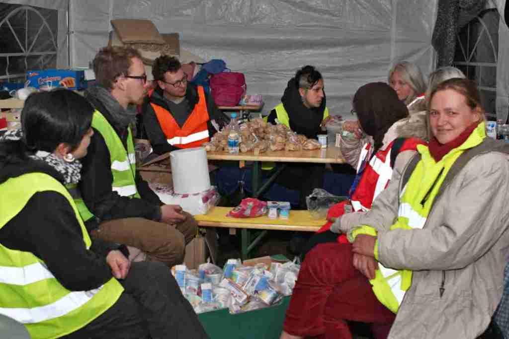 Mensch von der Refugee Support Tour und andere im Supportzelt