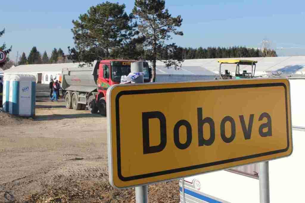 Am Ortseingang von Dobova steht ein großes Registrierungscamp