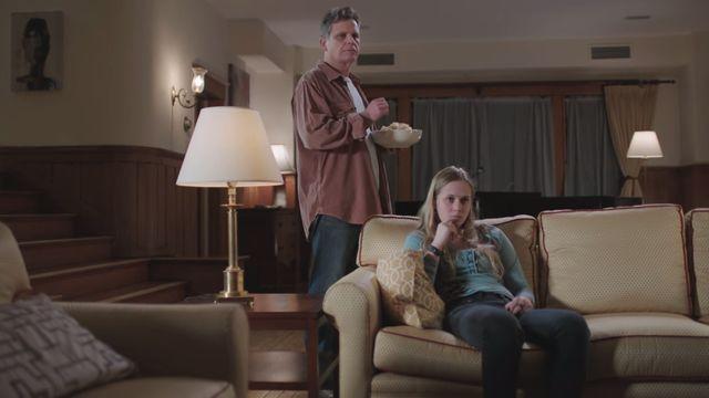 HBO capta a la perfección esa sensación incómoda de ver la tv con tu familia en este anuncio