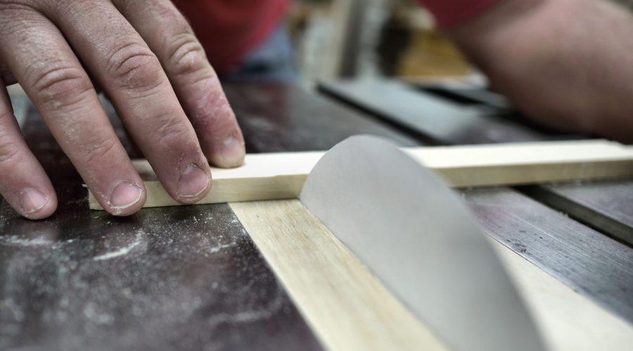 ¿Puede un trozo de papel cortar madera?