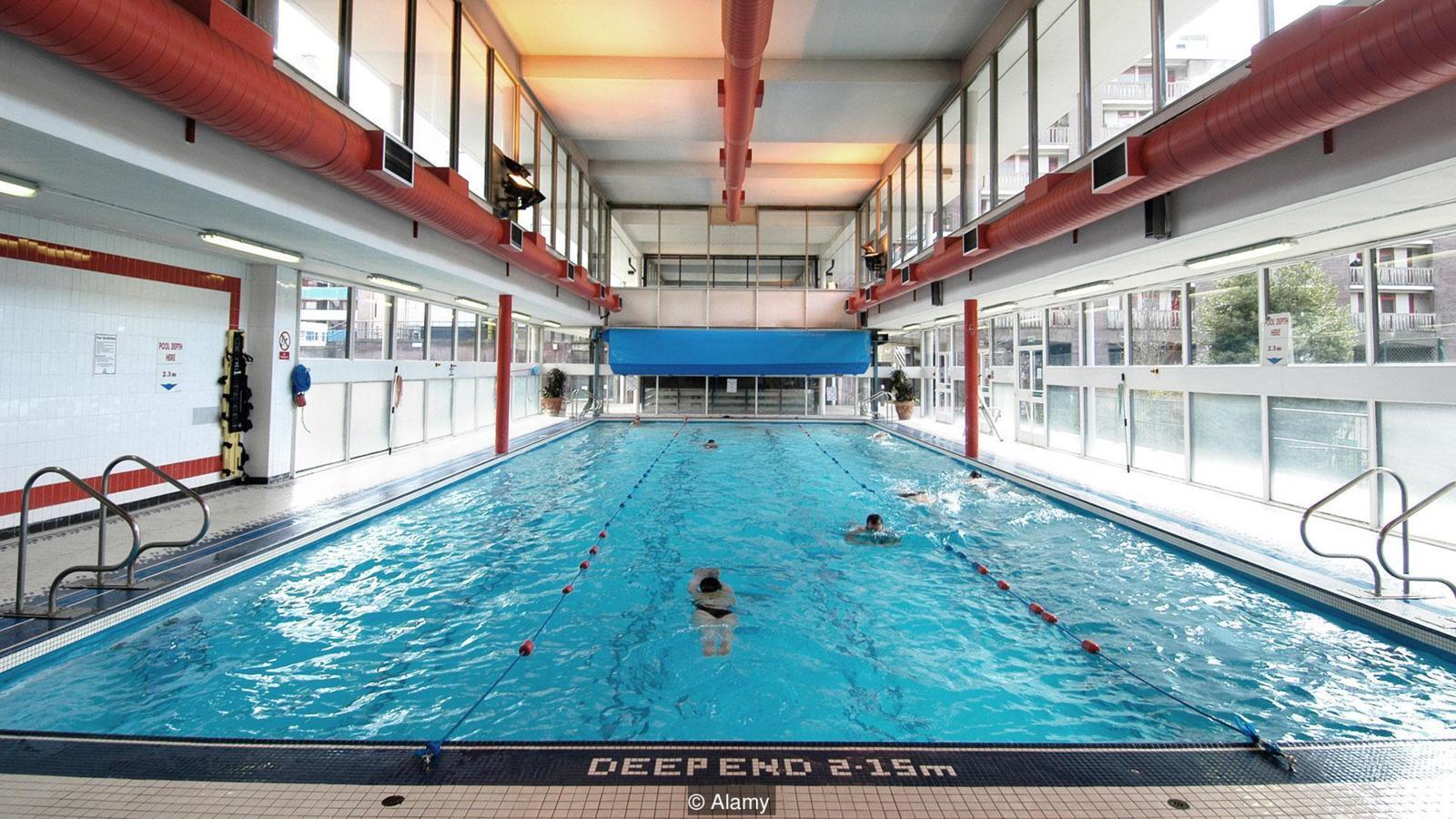 Una piscina llena de agua