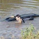 auto en el agua