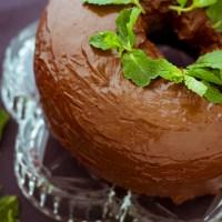 Bolo de hortelã com calda de chocolate meio-amargo