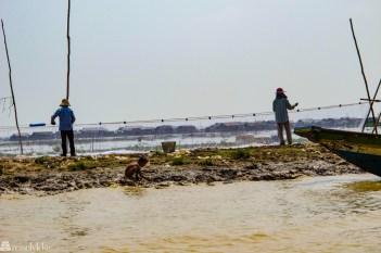 fiskere-med-landsby-i-bakgrunnen