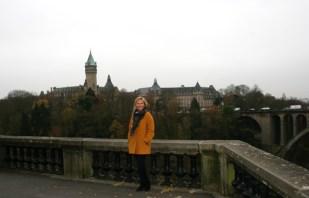 Ann-Kristin Haga Øvreeide med Pont Adolphe broen Foto: privat