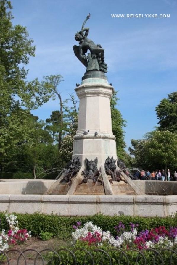 """Fuente del Ángel Caído En av de få skulpturer av """"Den falne engel"""" - interessant nok plassert 666 moh. ..."""