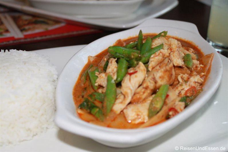 Hühnchenfleisch mit Red Curry im Thai-Restaurant in Kapstadt