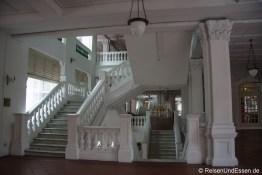 Treppenaufgang in Raffles Gebäude