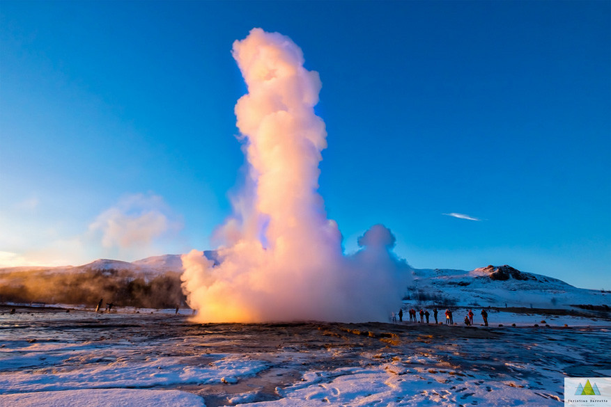 De spuitende geiser Strokkur. © Christian Barnette via Flickr Creative Commons