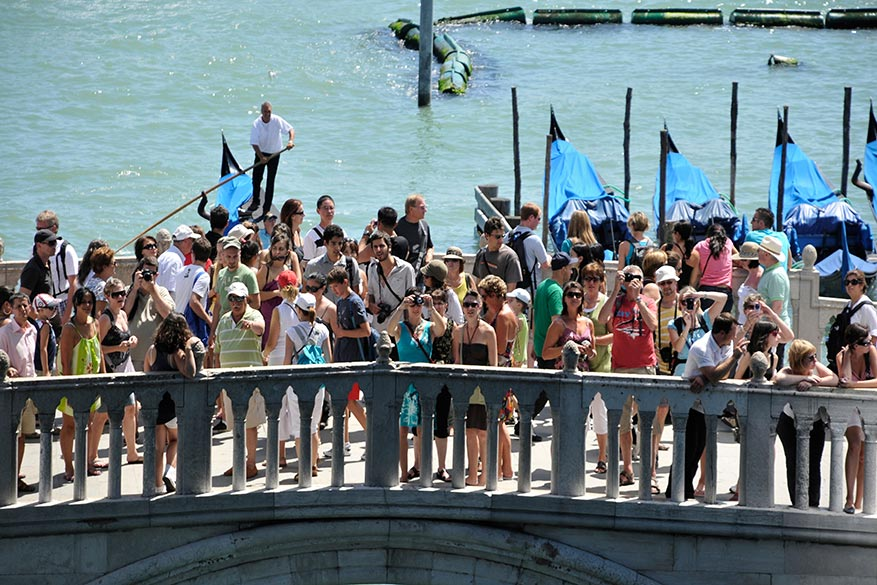 Tourists_on_the_Ponte_della_Paglia_Venice