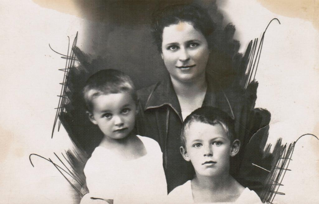 Мама Фаня Борисовна с сыновьями, Виктором и Рэмом. 1930-е гг.