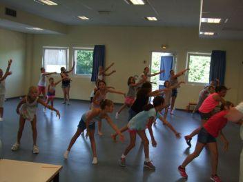 Un groupe de filles répétant une chorégraphie pour le spectacle de vendredi