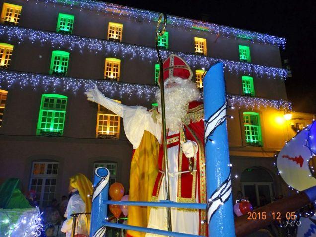 20 St Nicolas salue la foule