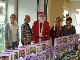 Les bénévoles de l'association VMEH en compagnie du Père Noël