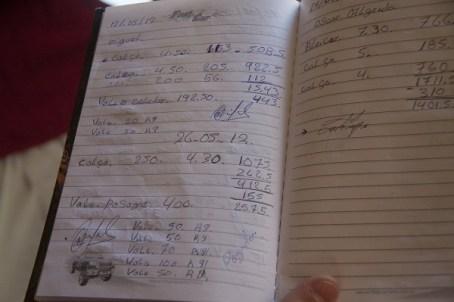 Registro de dívida por passagem em caderno encontrado na oficina.