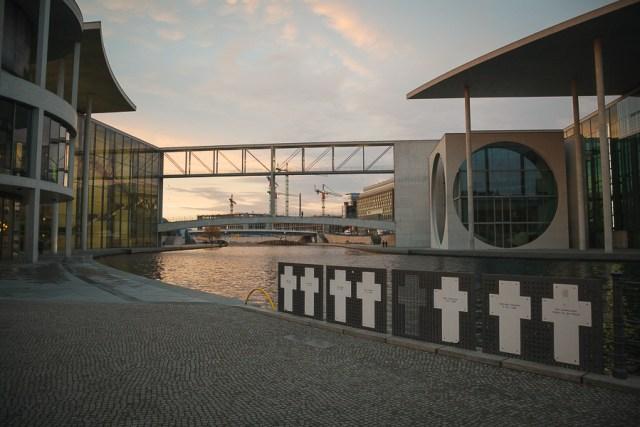 Памятник жертвам Берлинской стены на Шпрее, достопримечательности Берлина