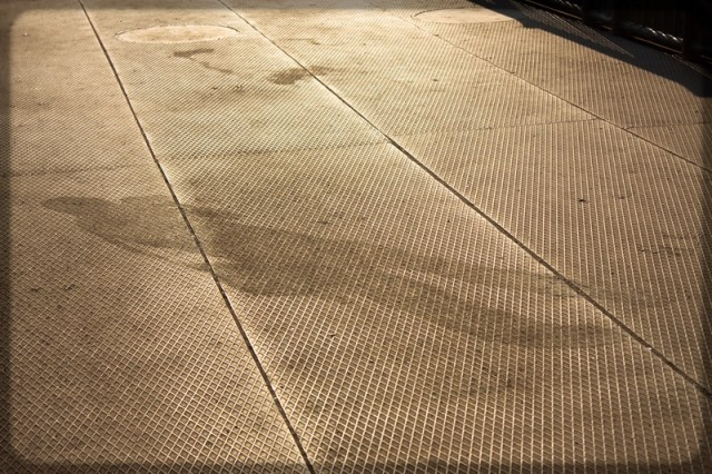 Тень человека с фотоаппаратом на мосту через Исеть, Екатеринбург, фото Дмитрия Афонина