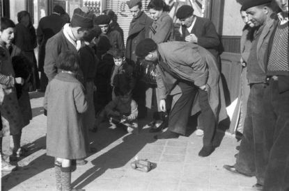 Distribution de cadeaux día de Reyes, Madrid 1937.