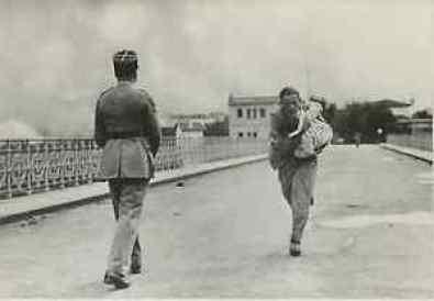 Le photographe Raymond Vanker (1913- ), franchi la frontière d'Irun avec un bébé.