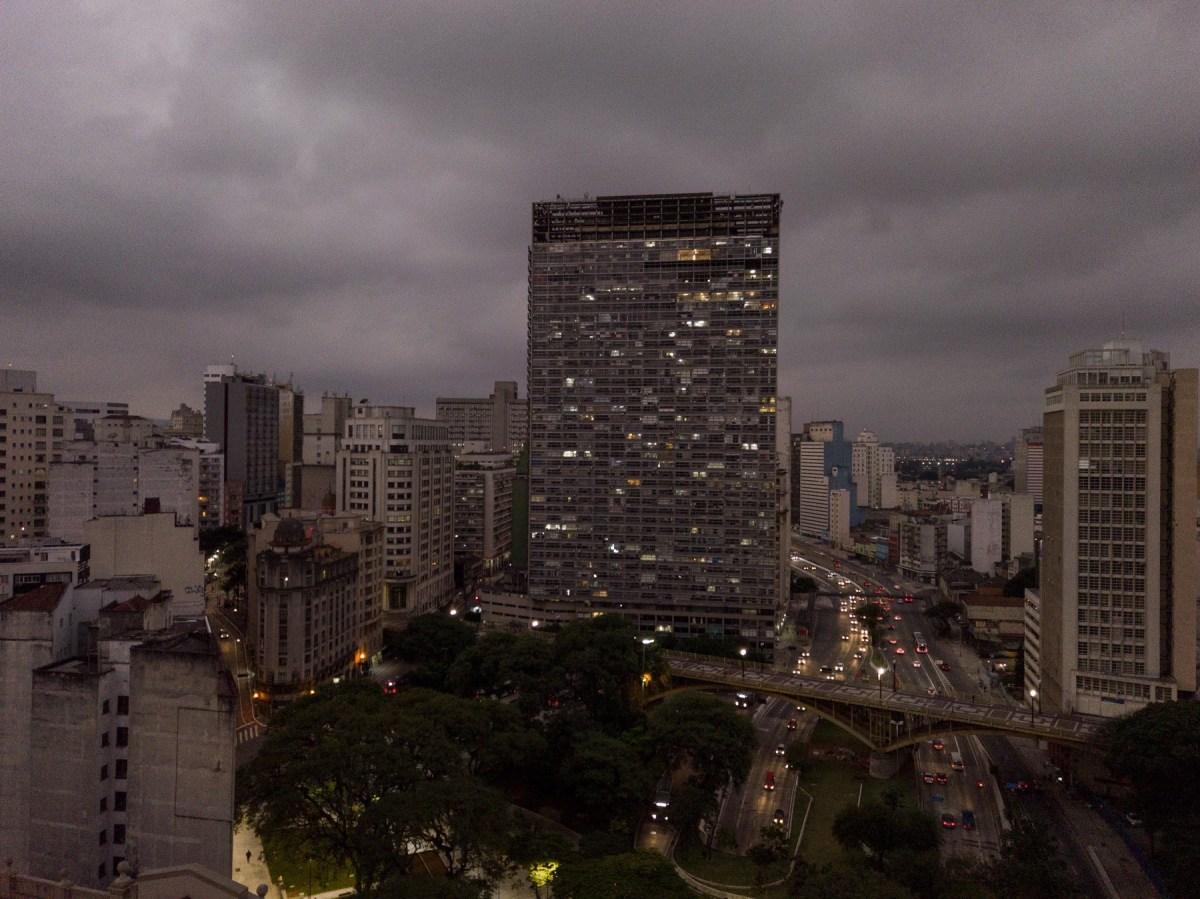 """O """"suporte"""" da série """"Samba exaltação"""", de Felippe Moraes, foi a janela do artista no edifício Mirante do Vale, o mais alto de São Paulo, vizinho ao Viaduto Santa Efigênia, na região central da cidade. Foto de Gabriel Cabral"""