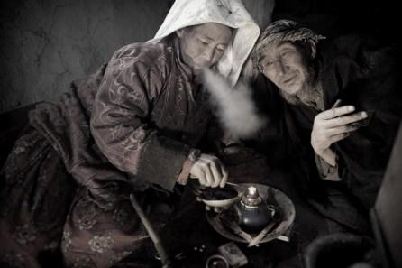 Fumando ópio no Quirquizistão (fotografia, século XX). A dura repressão movida pelos Imperadores chineses falhou. O tabaco das Américas foi levado por naus europeias para a China, onde estimulou o comércio do ópio, que mais tarde se espalharia por todo o mundo. A globalização no seu melhor.