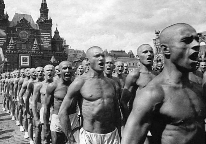 A. Rodtchenko, fotorreportagem da Parada dos Esportistas. Proletários musculosos – a personificação patente do culto soviético ao super-homem.