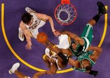 No sólo se está jugando el Mundial. La final entre los dos equipos con más campeonatos de la NBA está resultando épica.