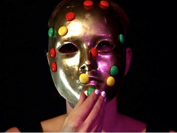 """Francesca Fini, artista y performer, realizó una intervención llamada """"Healing"""" basada en imágenes escaneadas del cerebro de Iaconesi."""
