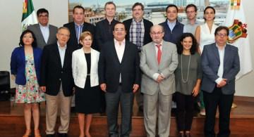 Organizadores del Hay Festival 2014 e invitados con el gobernador Duarte.  su izquierda, Salman Rushdie, quien después se deslindaría de cualquier apoyo a Duarte.
