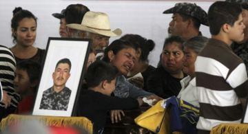 Familiares de los policías asesinados. Fotografía © hilodirecto.com.mx