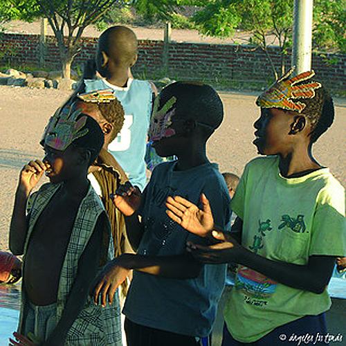 """Título: """"Baile de máscaras"""" Autor: M. Ángeles Fos Tomás Técnica: fotografía País: España País donde se realizó la fotografía: Mozambique"""