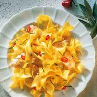 Bandnudeln mit Lachsforellen-Streifen in Salbei-Butter