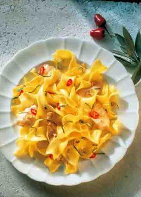Bandnudeln mit Lachsforellen-Streifen in Salbei-Butter Foto: Wirths PR