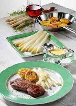 Spargel mit Rinderfilet, Kartoffelplätzchen und Bernaise Foto: Wirths PR