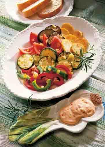Kartoffelgerichte: Gebackene Kartoffeln mit Gemüse und Paprika-Dip Foto: Wirths PR