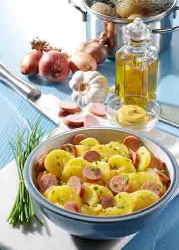 Kartoffelgerichte: Kartoffelsalat mit Wiener Foto: Wirths PR