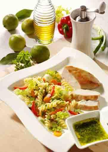 Nudel-Rezepte: Nudelsalat mit Hähnchenbrust und Limettendressing Foto: Wirths PR