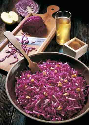 Kohl-Rezepte: Rotkohlsalat mit Nüssen Foto: Wirths PR